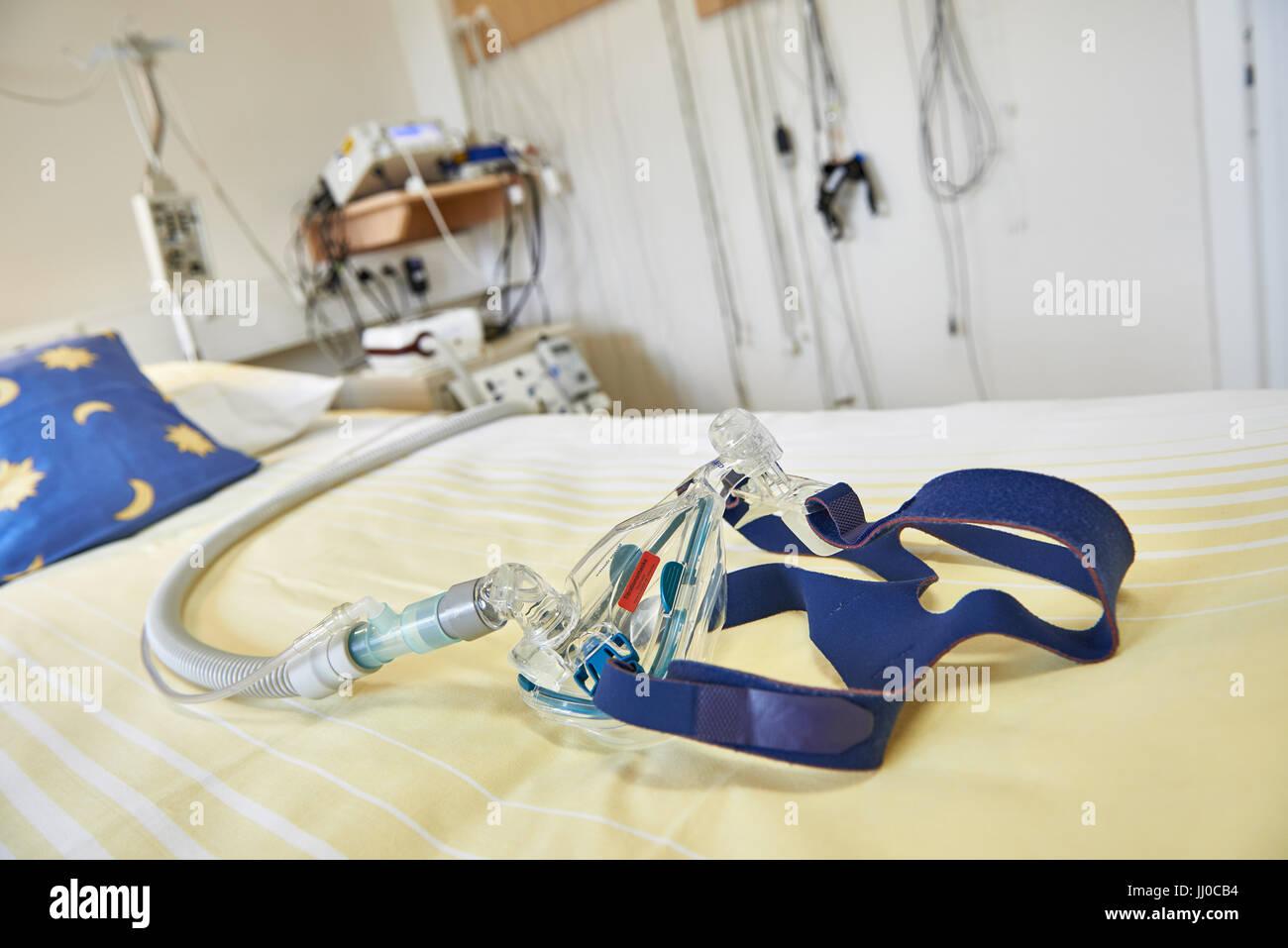 Maschera sul letto nel laboratorio del sonno Immagini Stock