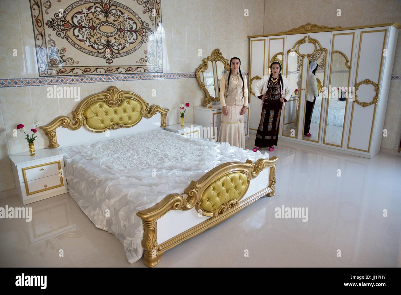 Camere Da Letto Lussuose Per Ragazze : Le ragazze di un facoltoso roma famiglia zingara in posa la