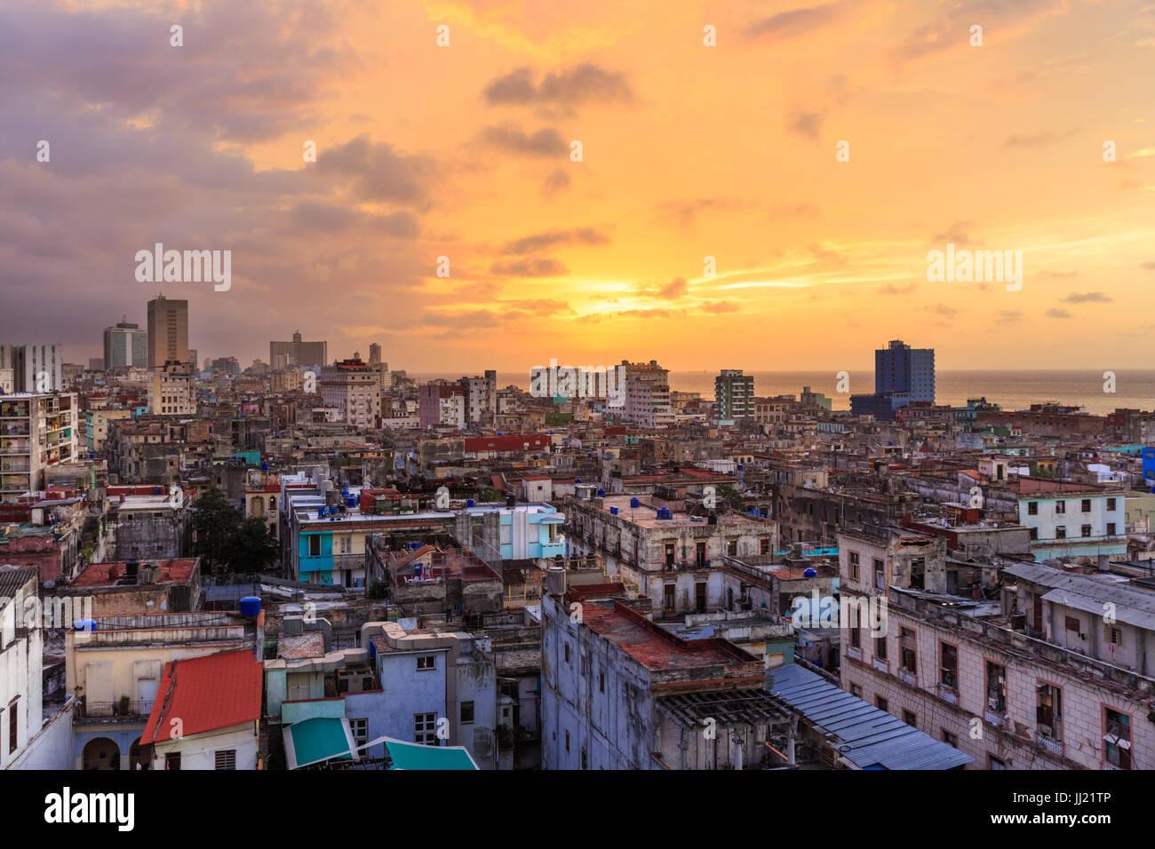 Tramonto sulla Vecchia Havana, La Habana Vieja da sopra e storica città vecchia di vista sul tetto, Havana, Immagini Stock