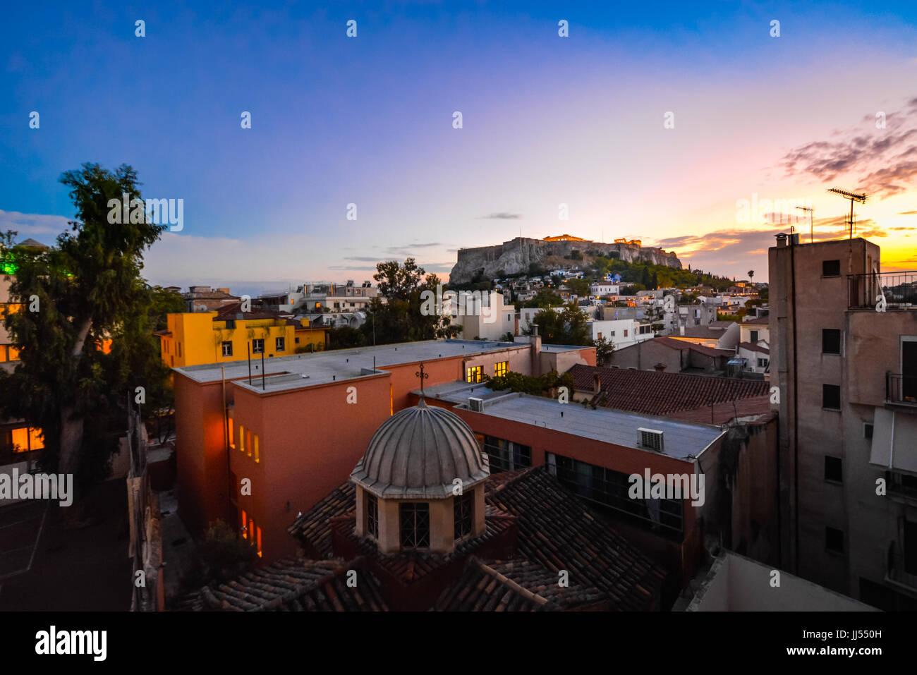 Atene Grecia vista tramonto dell'Acropoli e Partenone su un tardo pomeriggio in estate da una finestra nel quartiere Immagini Stock