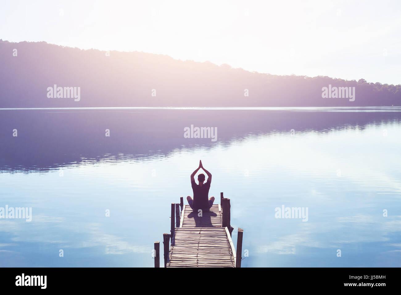 Lo yoga e la meditazione sullo sfondo Foto Stock