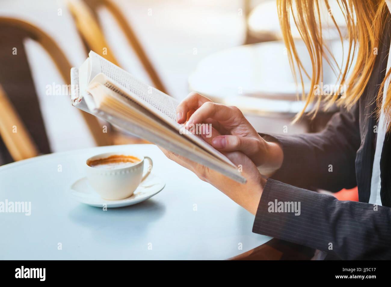 Concetto di lettura, close up della donna le mani in possesso di un libro Immagini Stock