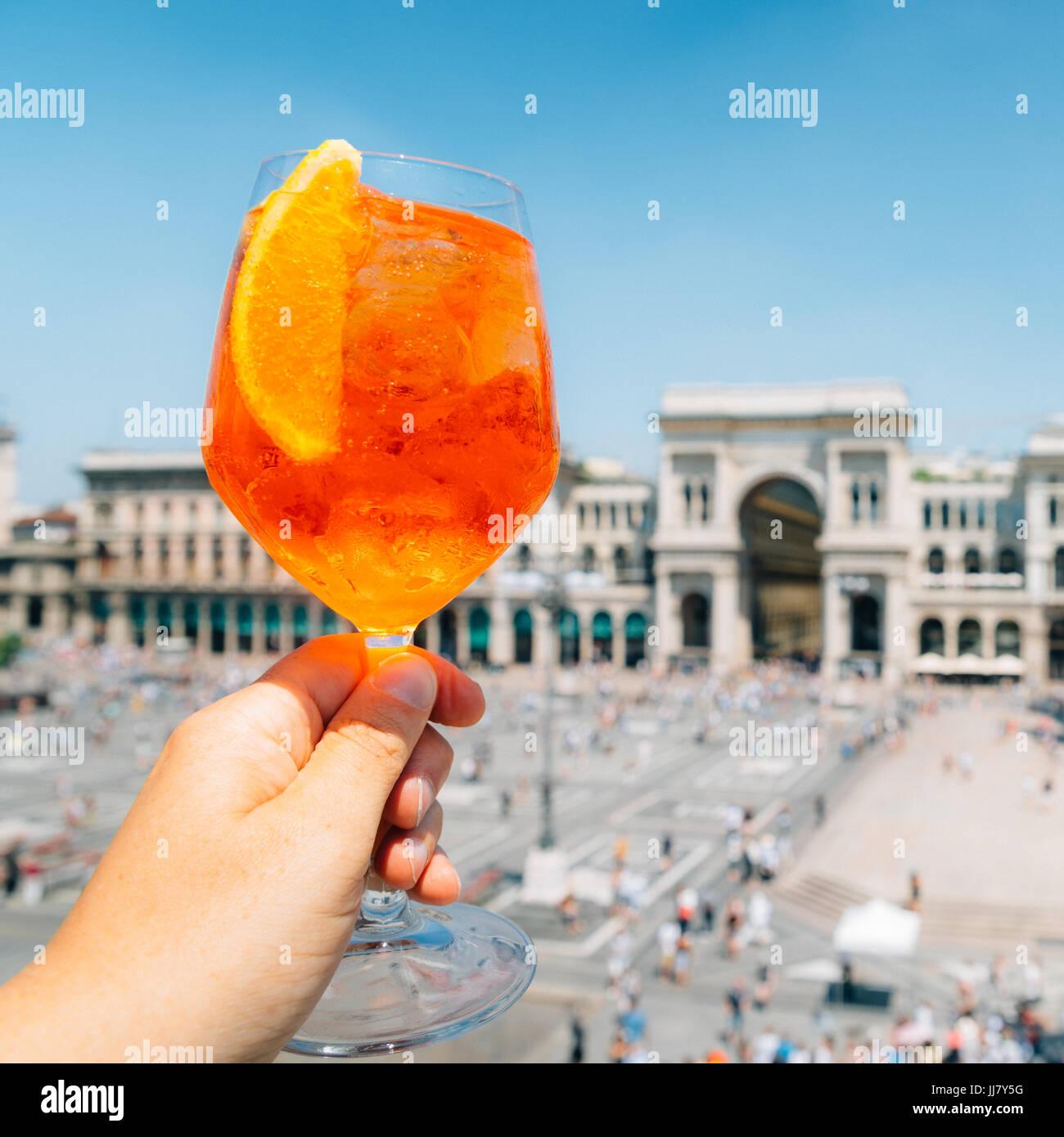 Spritz aperol bere a Milano che si affaccia su Piazza Duomo Immagini Stock