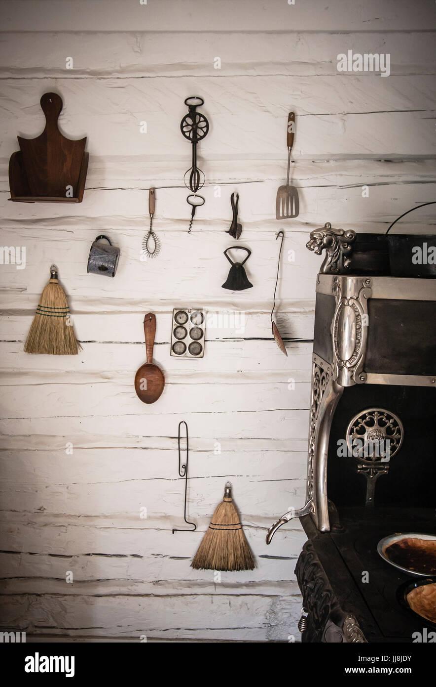 Pioneer attrezzi da cucina sono appesi alle pareti di un edificio in ...