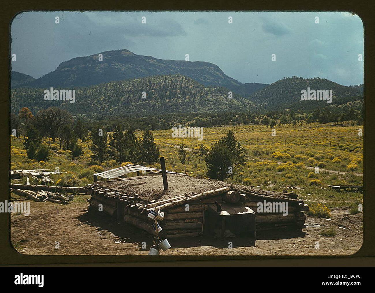 Piroga casa di Faro Caudill, homesteader con Mt. Allegro in background, torta Town, New Mexico 1940 Ott. Immagini Stock
