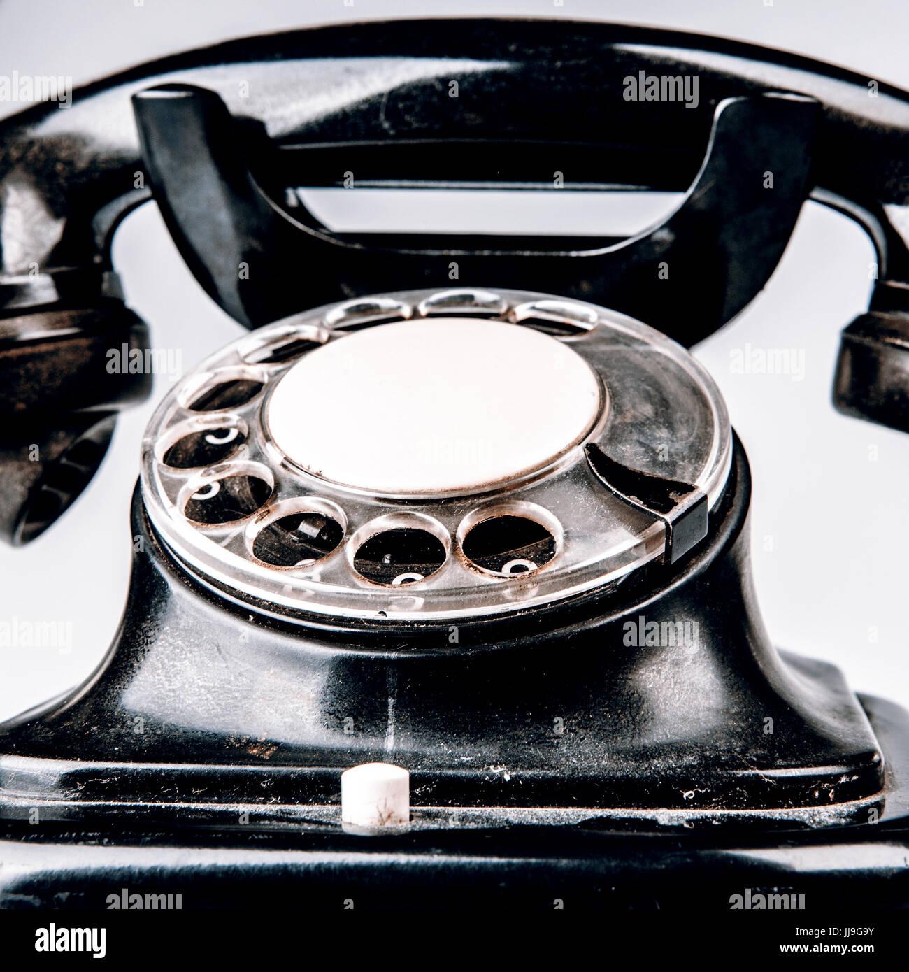 Vecchio Telefono Nero Con Polvere E Graffi Isolati Su Sfondo Bianco