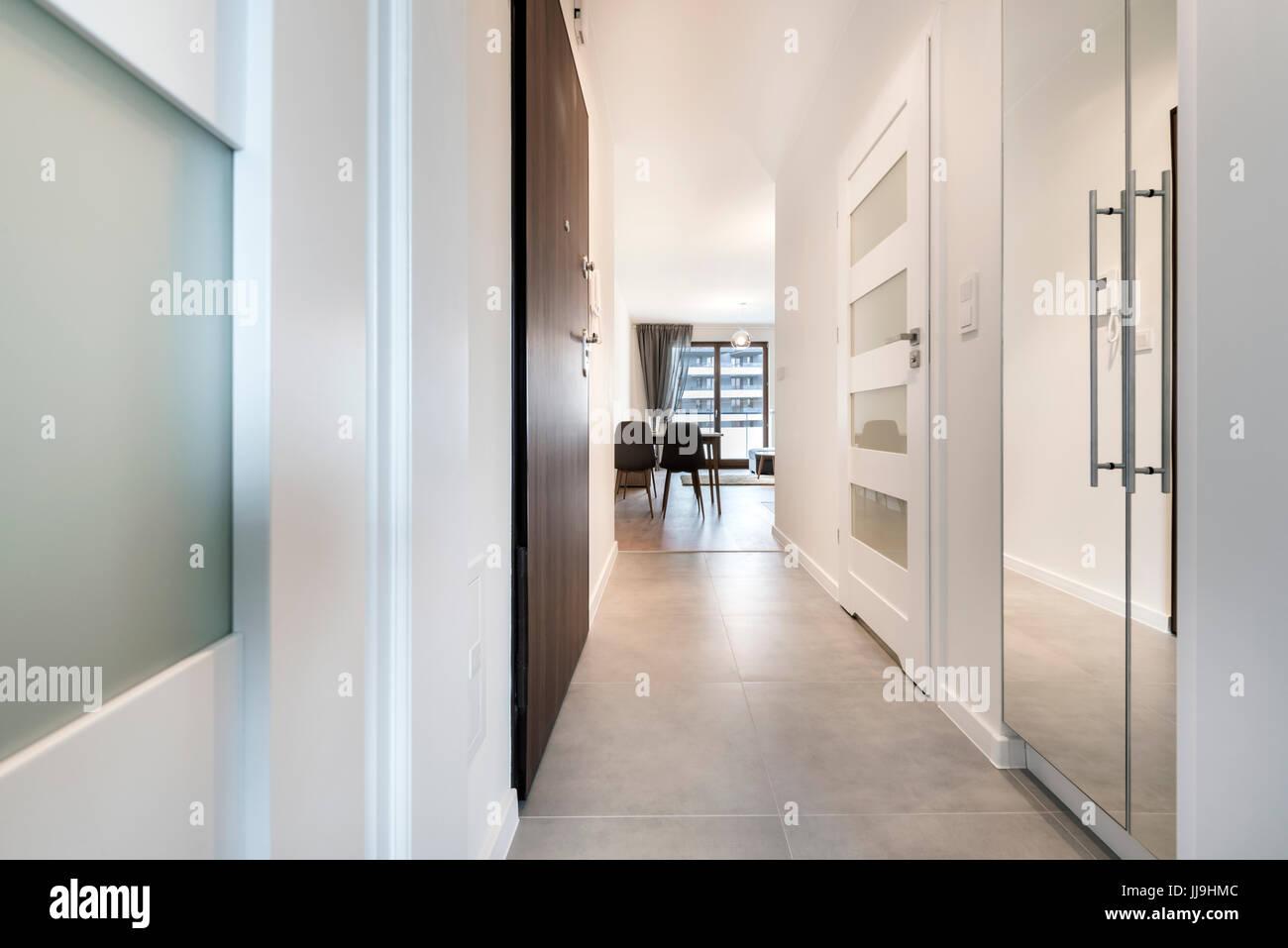 Corridoio con pavimento in piastrelle in moderno appartamento foto