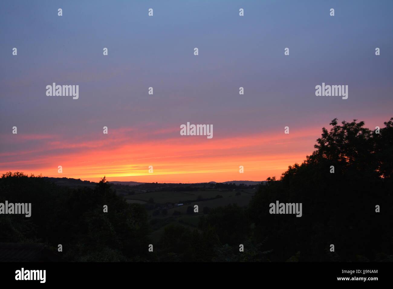 Cielo Rosso Di Notte.Impostazione Di Sun Sulle Colline In Una Serata Estiva In