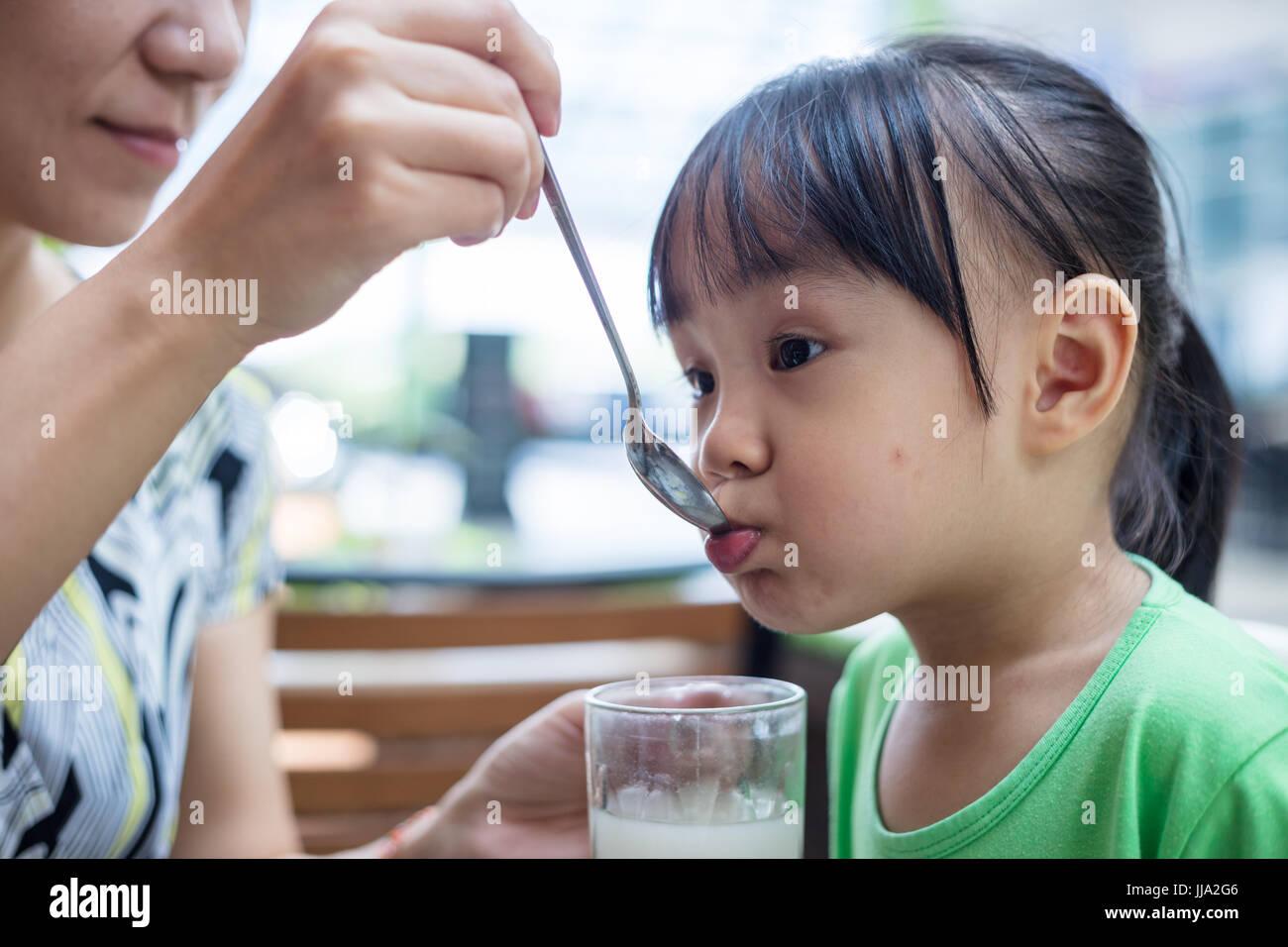 Cinese asiatici bambina di bere bevande al ristorante all'aperto Immagini Stock