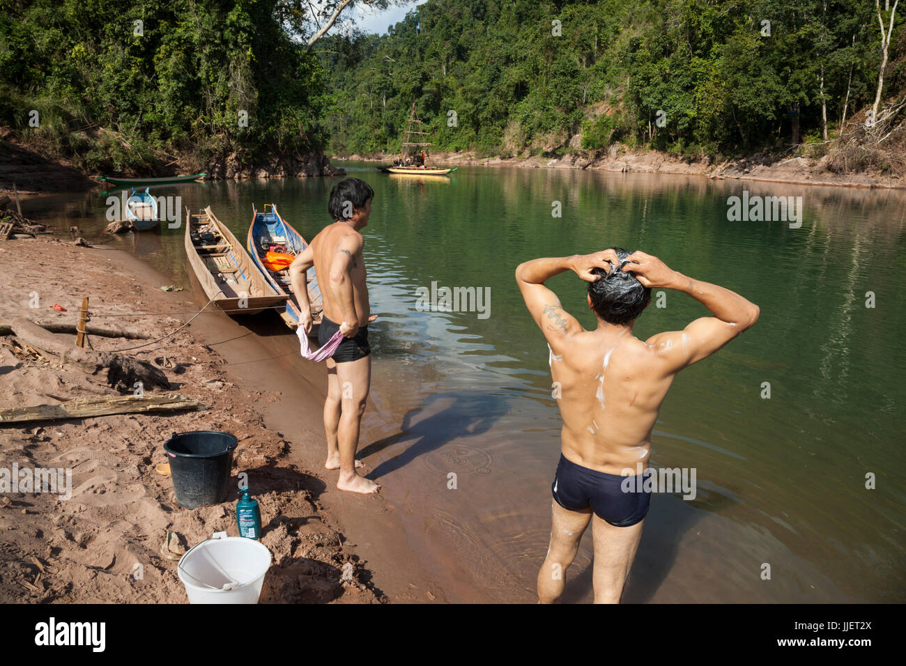 Lavoratori cinesi bagnarsi come una attrezzatura di trivella raccoglie campioni di nucleo in una costrizione naturale Immagini Stock