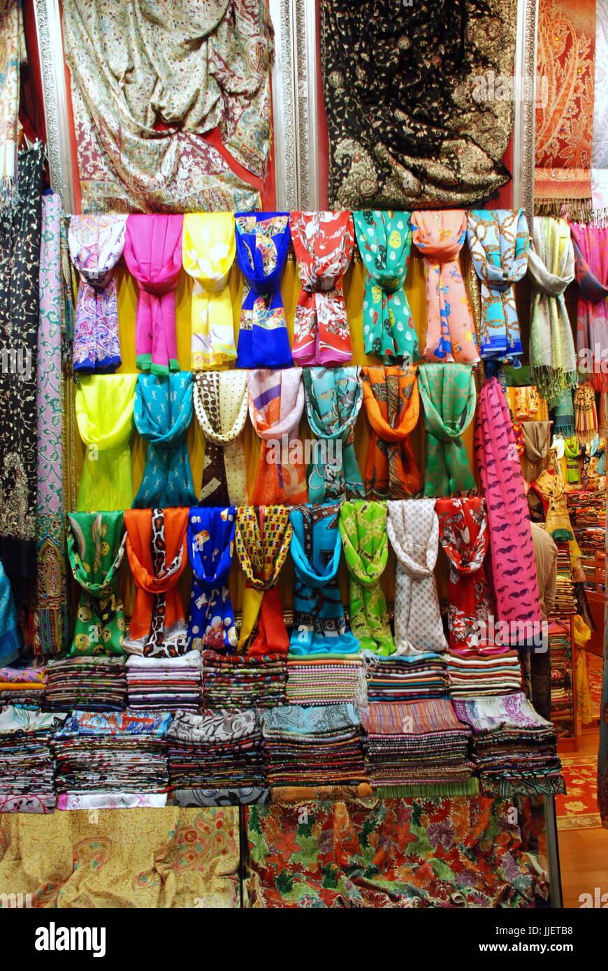 1ecb6daa87790f Display a colori di sciarpe pashmina nella vetrina di un negozio. Immagini  Stock