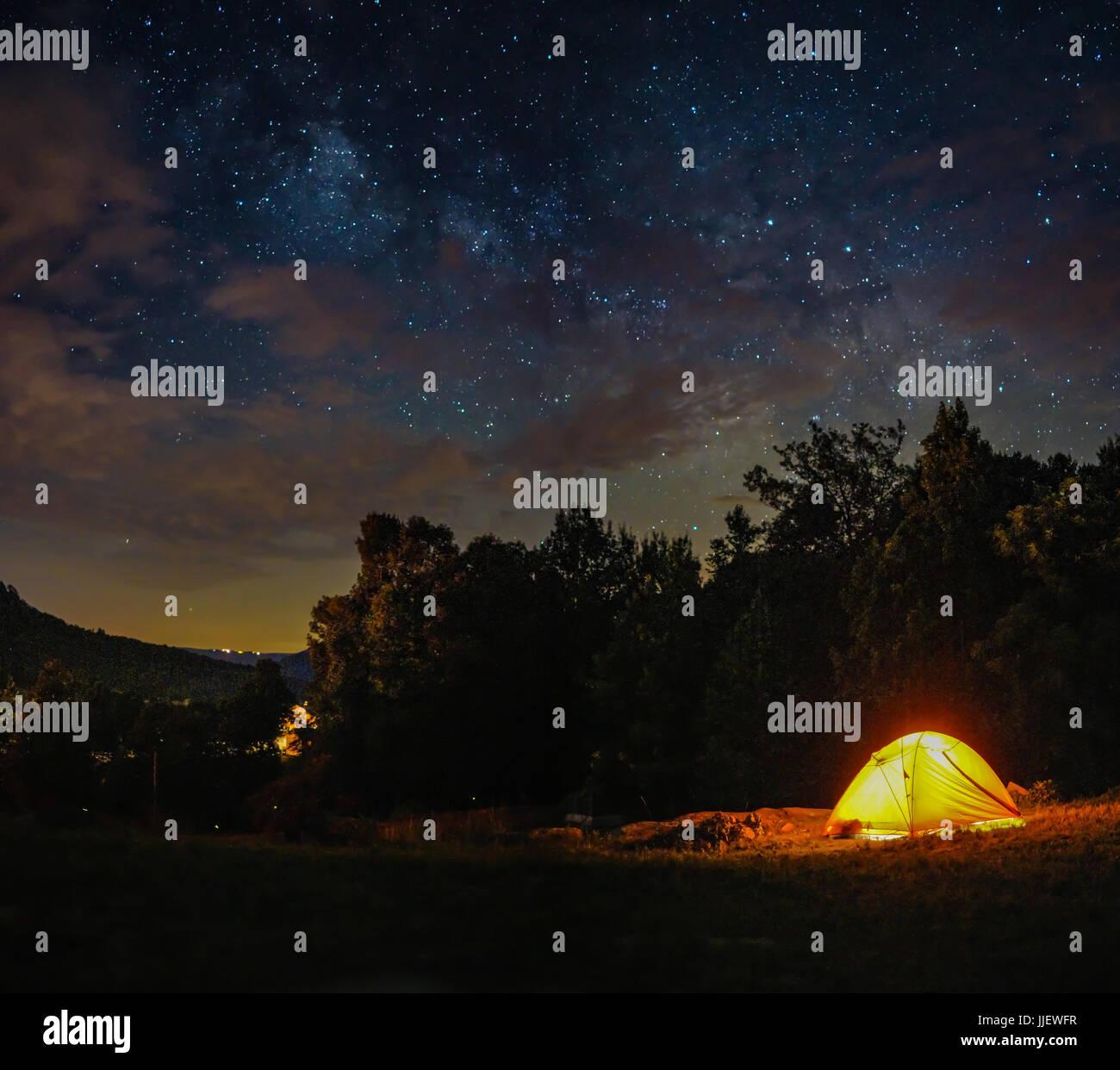 Una tenda da campeggio sotto la via lattea del cielo al crepuscolo e di notte Immagini Stock