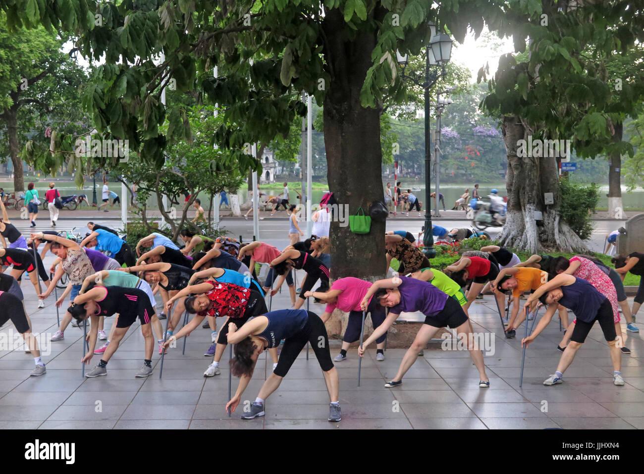 La mattina presto aerobica presso Hanoi Vietnam Immagini Stock