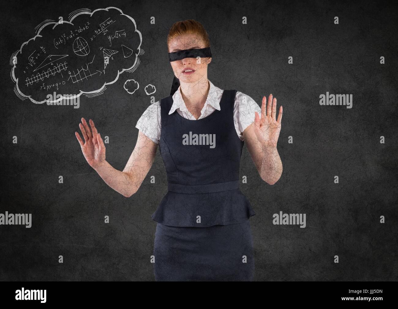 Gli occhi bendati business donna con pensiero cloud che mostra la matematica scarabocchi contro il muro grigio Immagini Stock