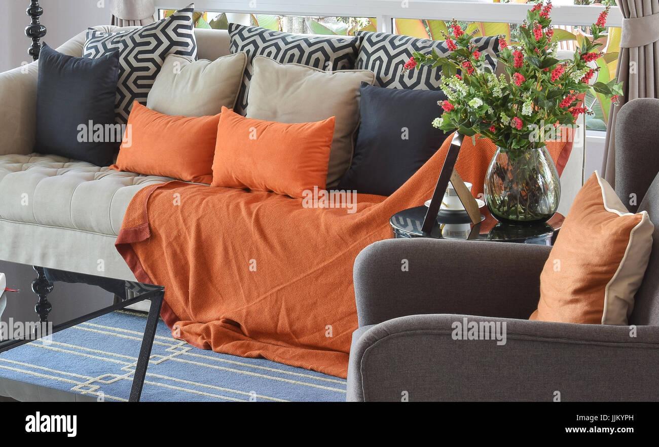 Divano Arancione E Marrone : Soggiorno moderno design con marrone e arancione tweed divano e