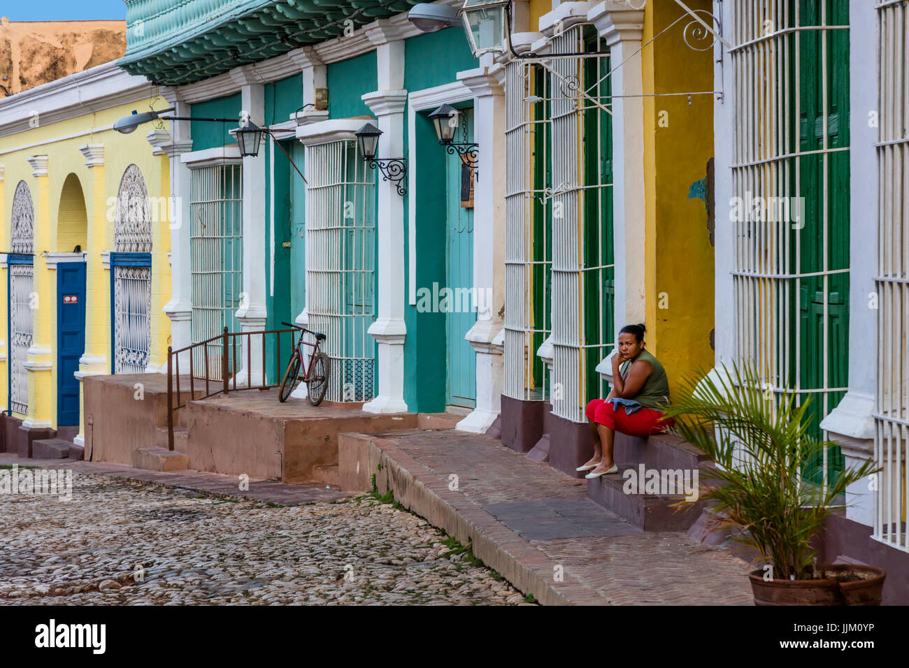 Le strade di ciottoli, lavorazione del ferro battuto e case colorate di Trinidad, Cuba Immagini Stock