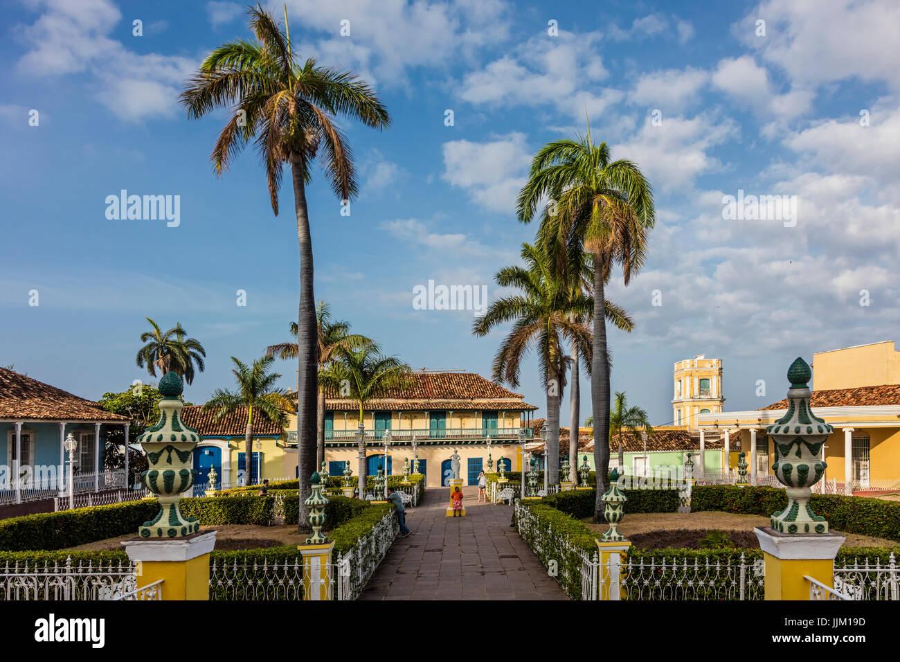 La PLAZA MAYOR è circondato da edifici storici nel cuore della città - Trinidad, Cuba Immagini Stock