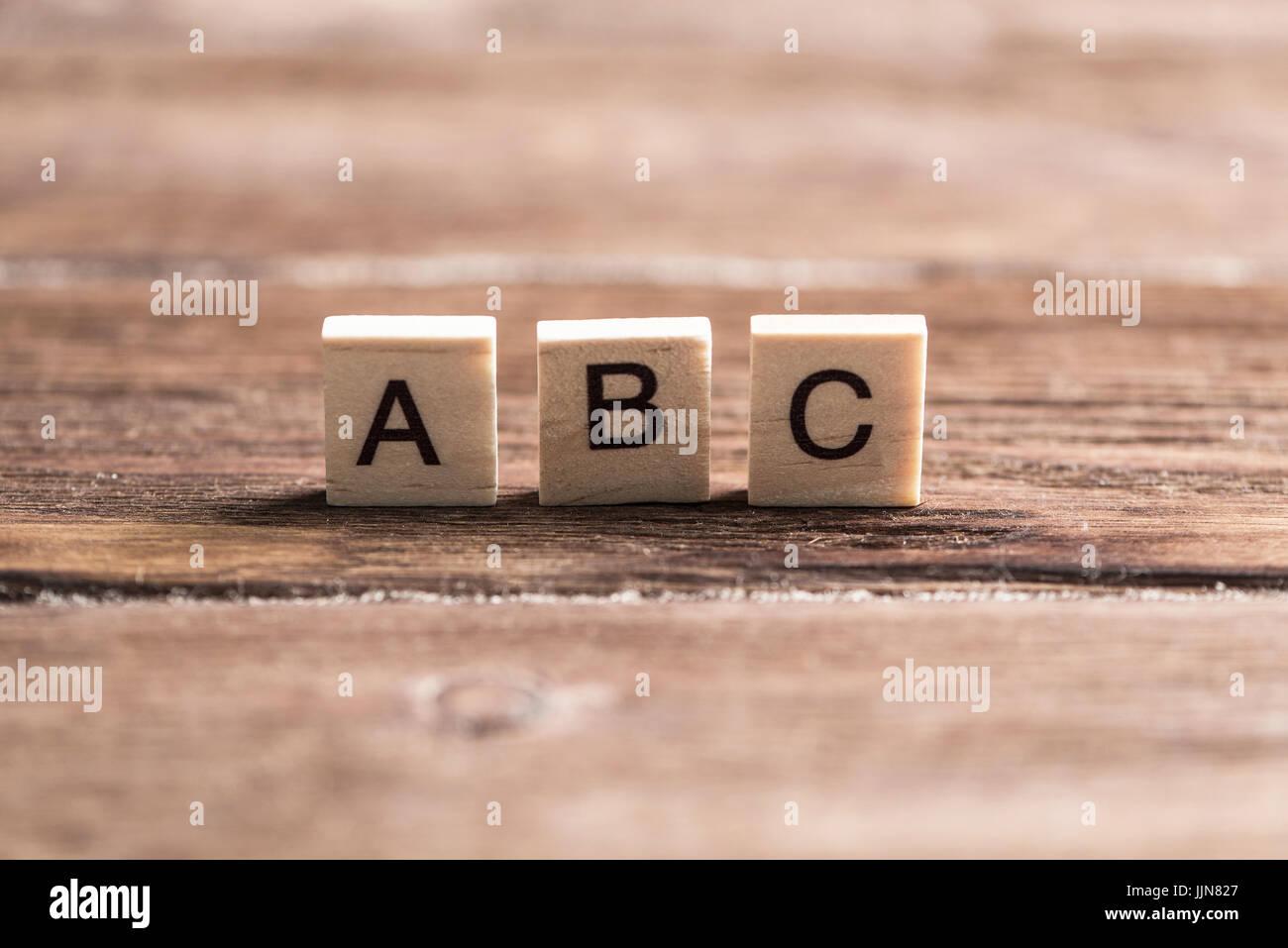 Gli elementi in legno con le lettere raccolte in parola abc Immagini Stock