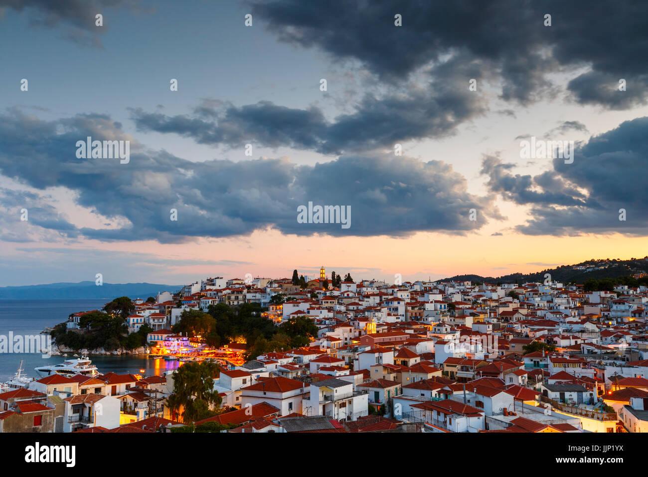 Vista serale di Skiathos e il suo porto, Grecia. Immagini Stock