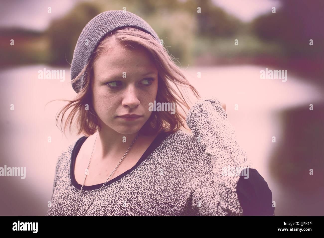 Foto d'epoca del triste ragazza adolescente al lago d'autunno Immagini Stock