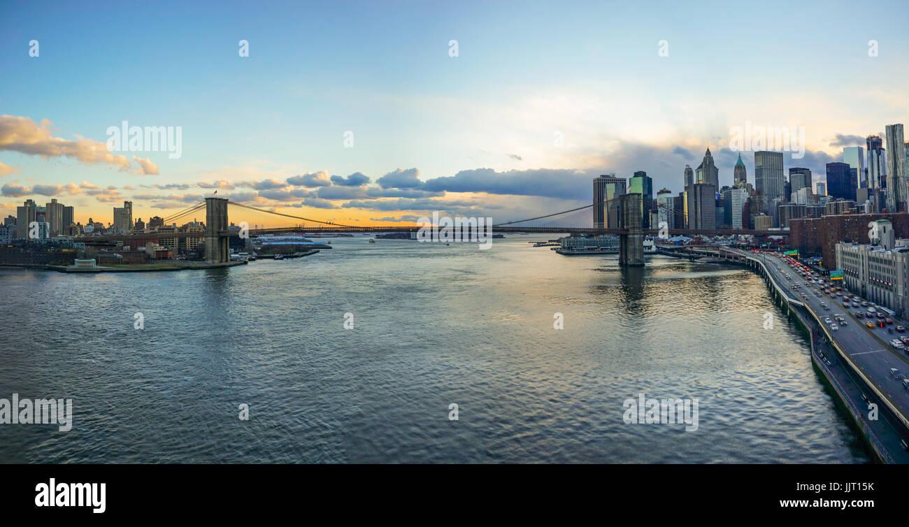Manhattan Bridge e NYC skyline tramonto Immagini Stock