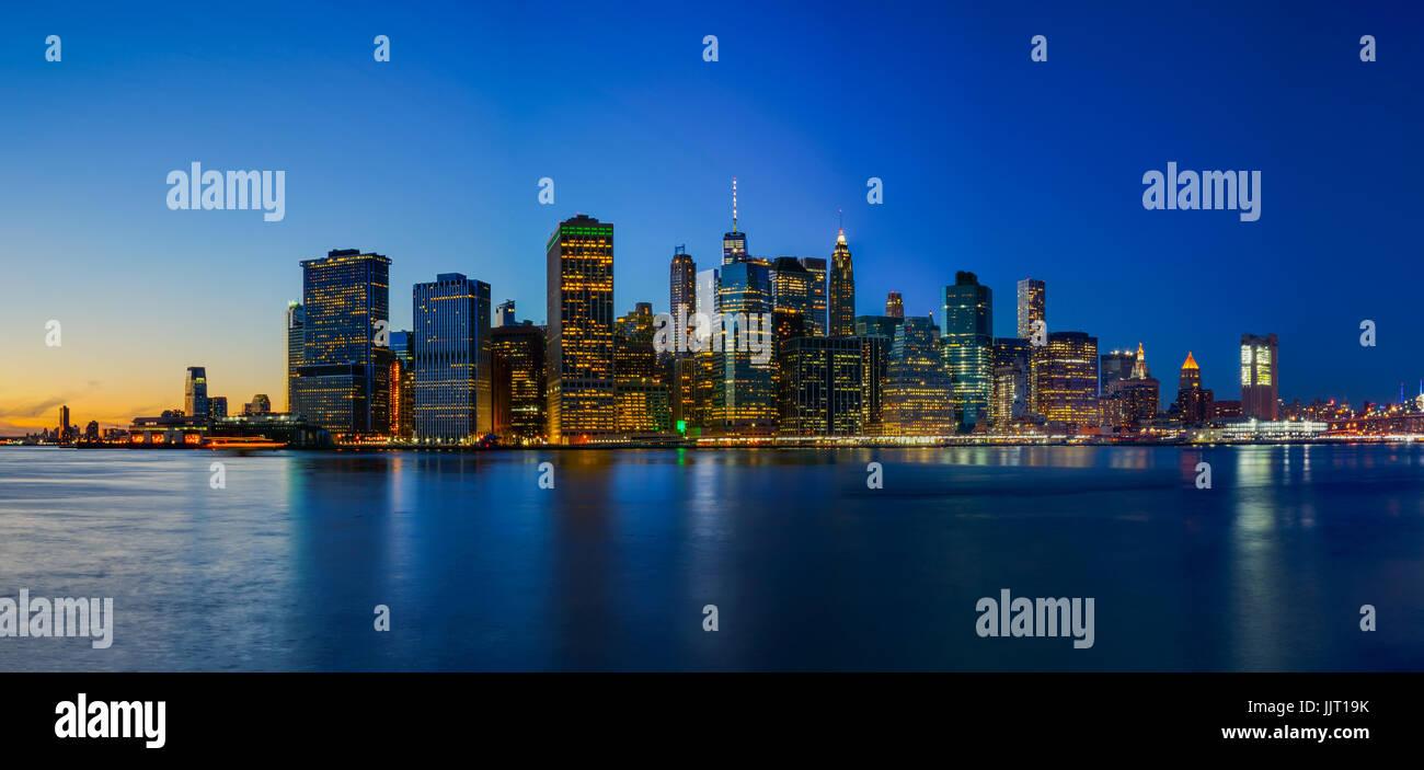 Ponte di Brooklyn Park con il tramonto del sole e lo skyline di New York Immagini Stock