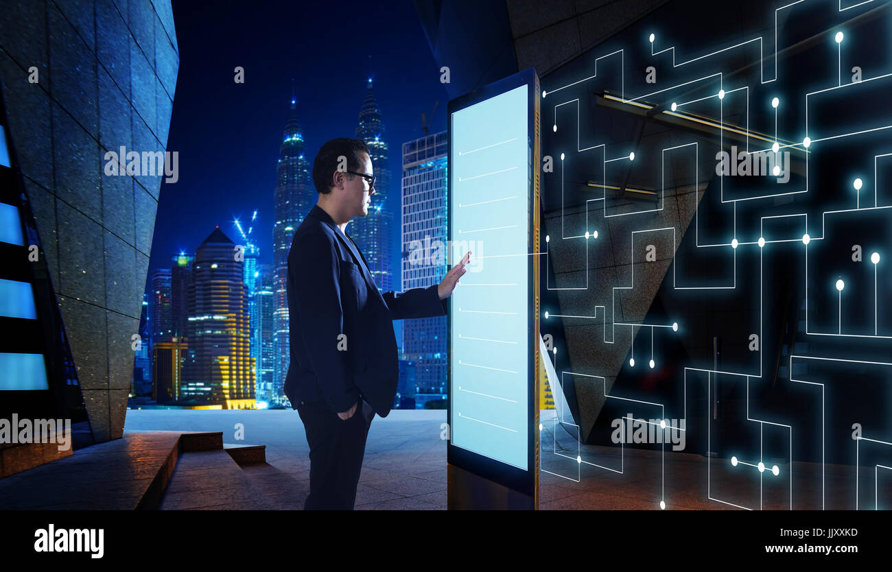 Smart imprenditore toccare lo schermo per ricercare le informazioni di reti di comunicazione intelligenti di cose Immagini Stock