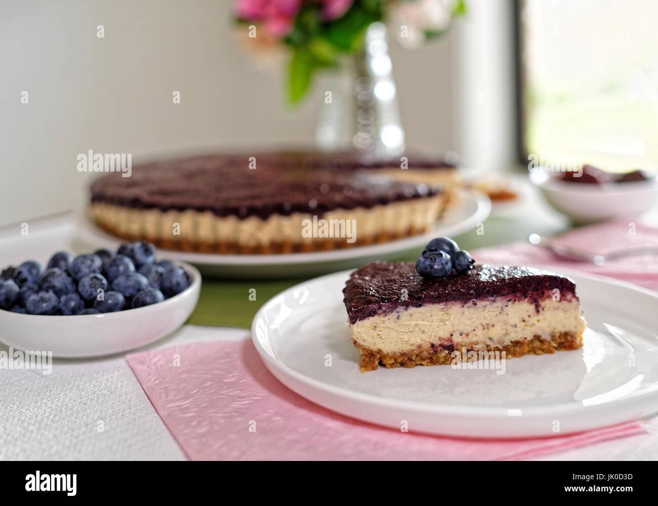 Vegan cheesecake con mirtilli e noci di acagiù e date Foto Stock