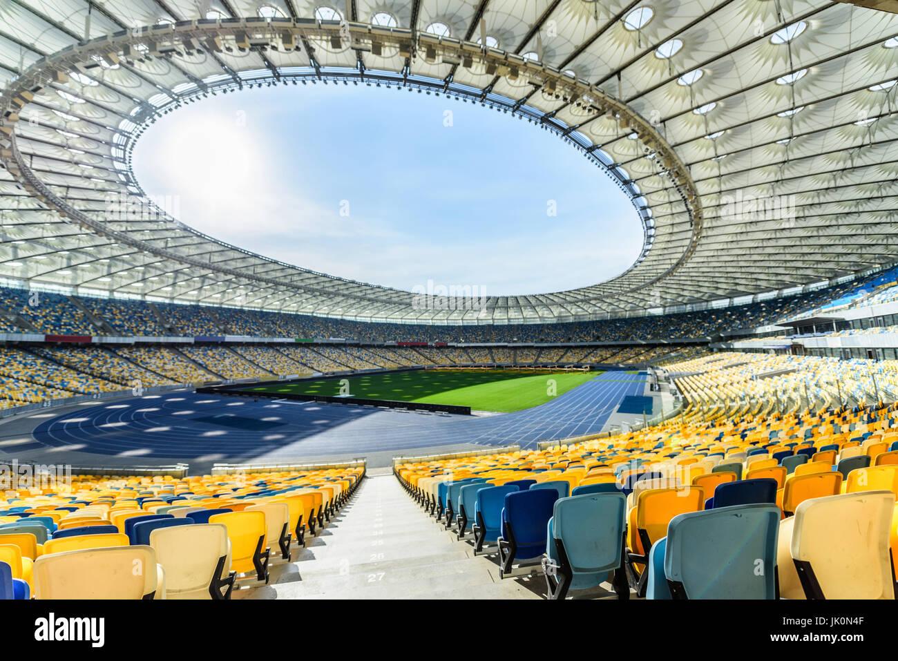 Righe di giallo e blu stadium sedi sul campo di calcio stadium Immagini Stock