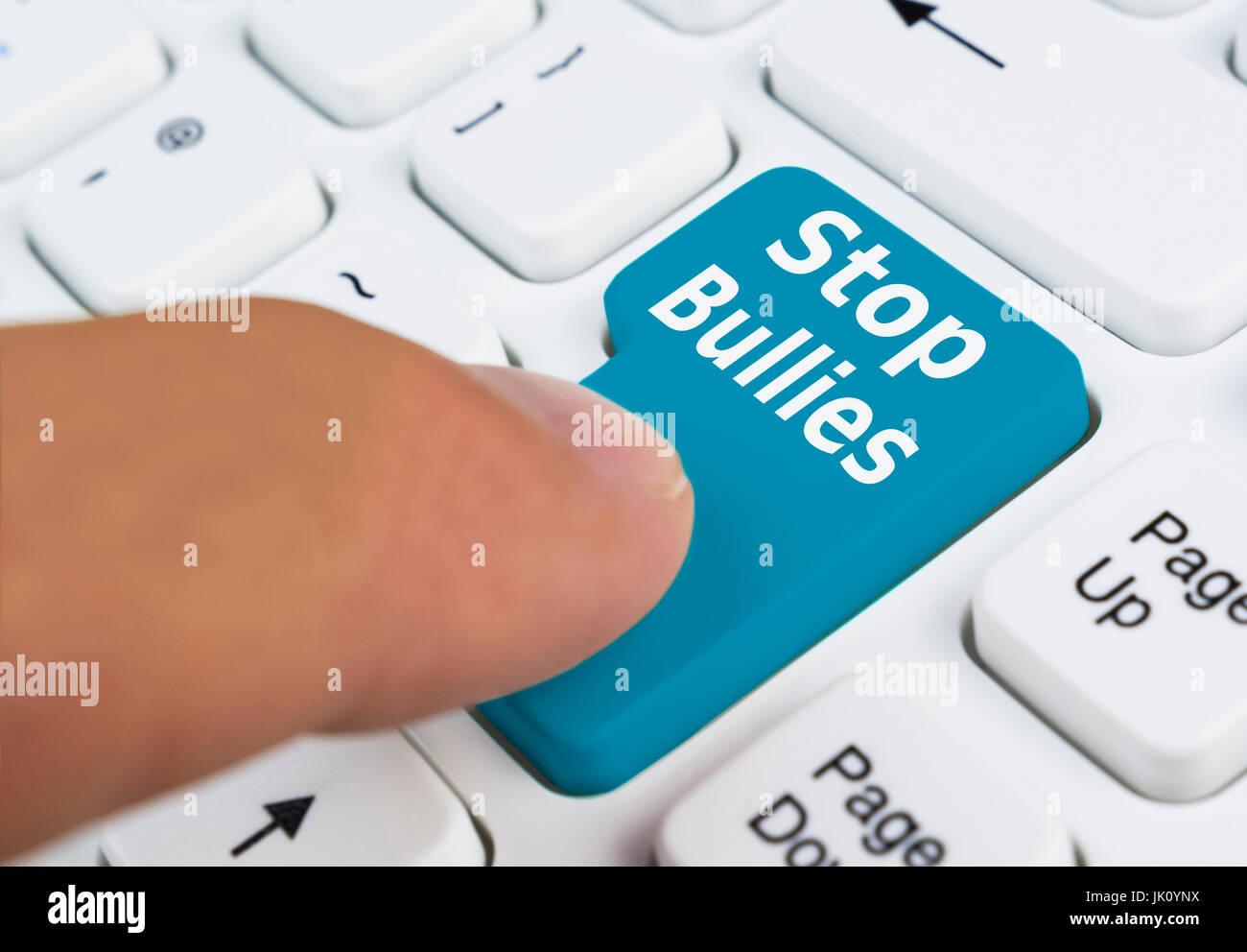 Fermare i bulli pulsante sulla tastiera di un computer. Arrestare il bullismo concetto. Immagini Stock