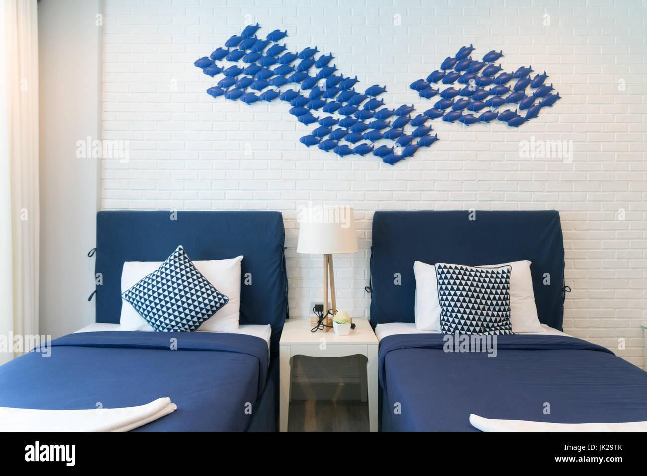 Interno della camera da letto di lusso in casa o hotel con lampada