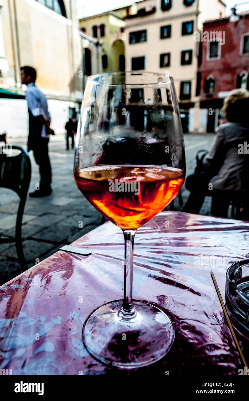 Bere un Spritz, una tradizionale bevanda alcolica a Venezia, Italia. Immagine dell'arte. Foto Stock