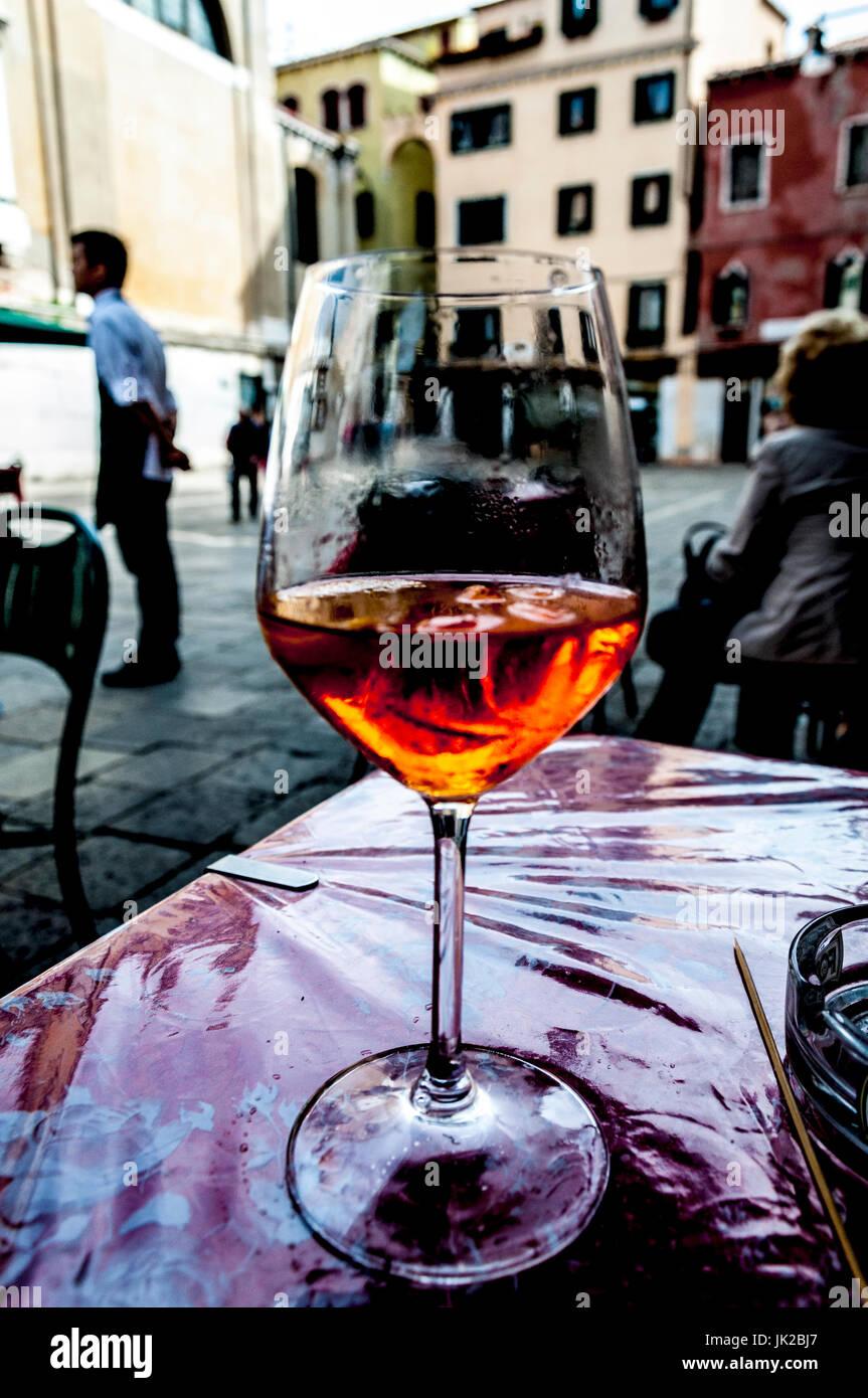 Bere un Spritz, una tradizionale bevanda alcolica a Venezia, Italia. Immagine dell'arte. Immagini Stock