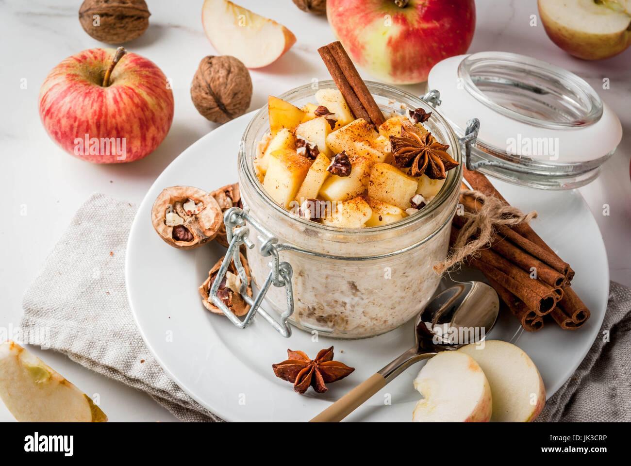 Sano cibo vegan. Dietetici di prima colazione o uno spuntino. La torta di mele per tutta la notte di avena, di mele, Immagini Stock