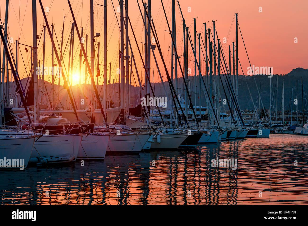 Barche a vela nel porto di mite la luce del tramonto, bella vista sul lusso il trasporto di acqua nel dock, vacanze Foto Stock