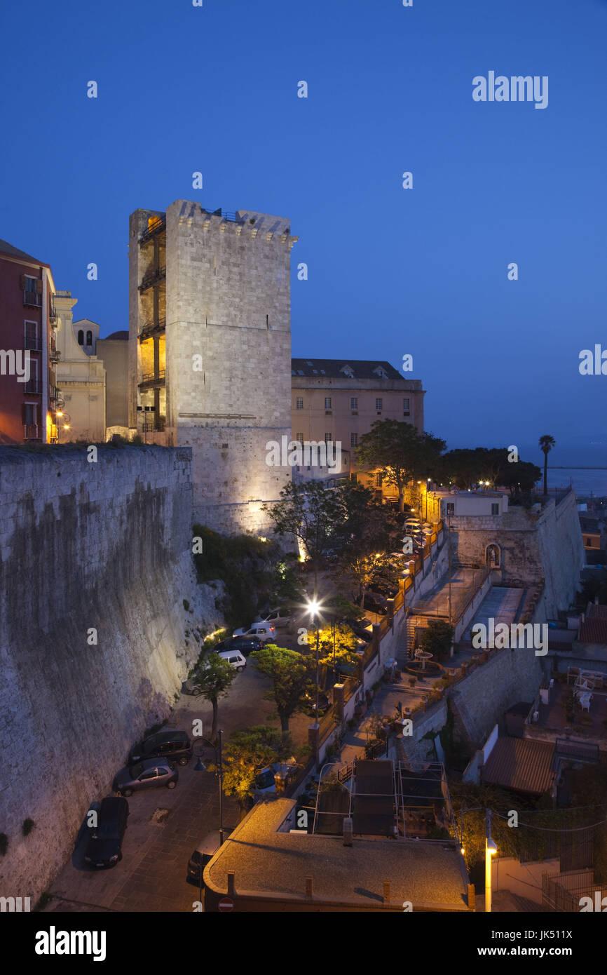 L'Italia, Sardegna, Cagliari, Il Castello Storico, Torre dell'Elefante, torre di sera Foto Stock