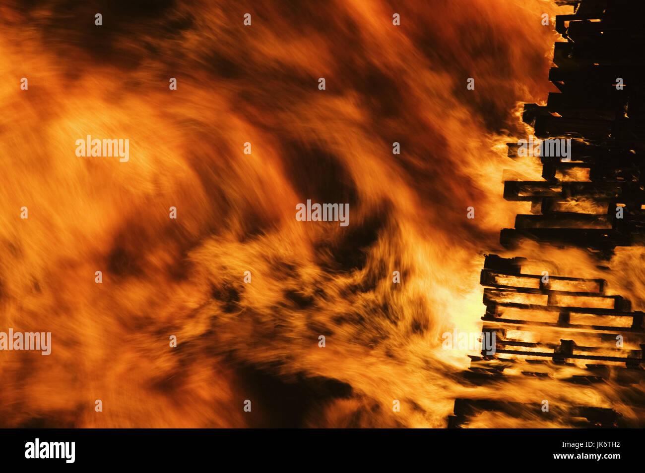 Feuer, Flammen Mau_Set, Holzpaletten, Paletten, Holz, brennen, lodern, Freudenfeuer, Marca Hitze, Zerstörung, Immagini Stock