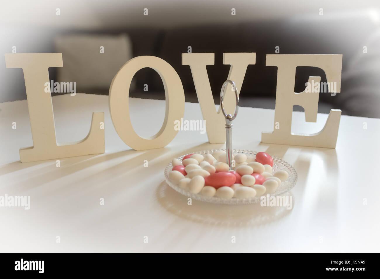 Decorazioni Lettere D Amore una decorazione della tavola con lettere d'amore e dolci