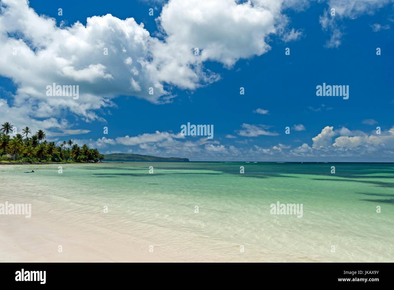 Una spiaggia da sogno sulla penisola di Samana, Repubblica Dominicana.con l'azzurro del cielo. Immagini Stock