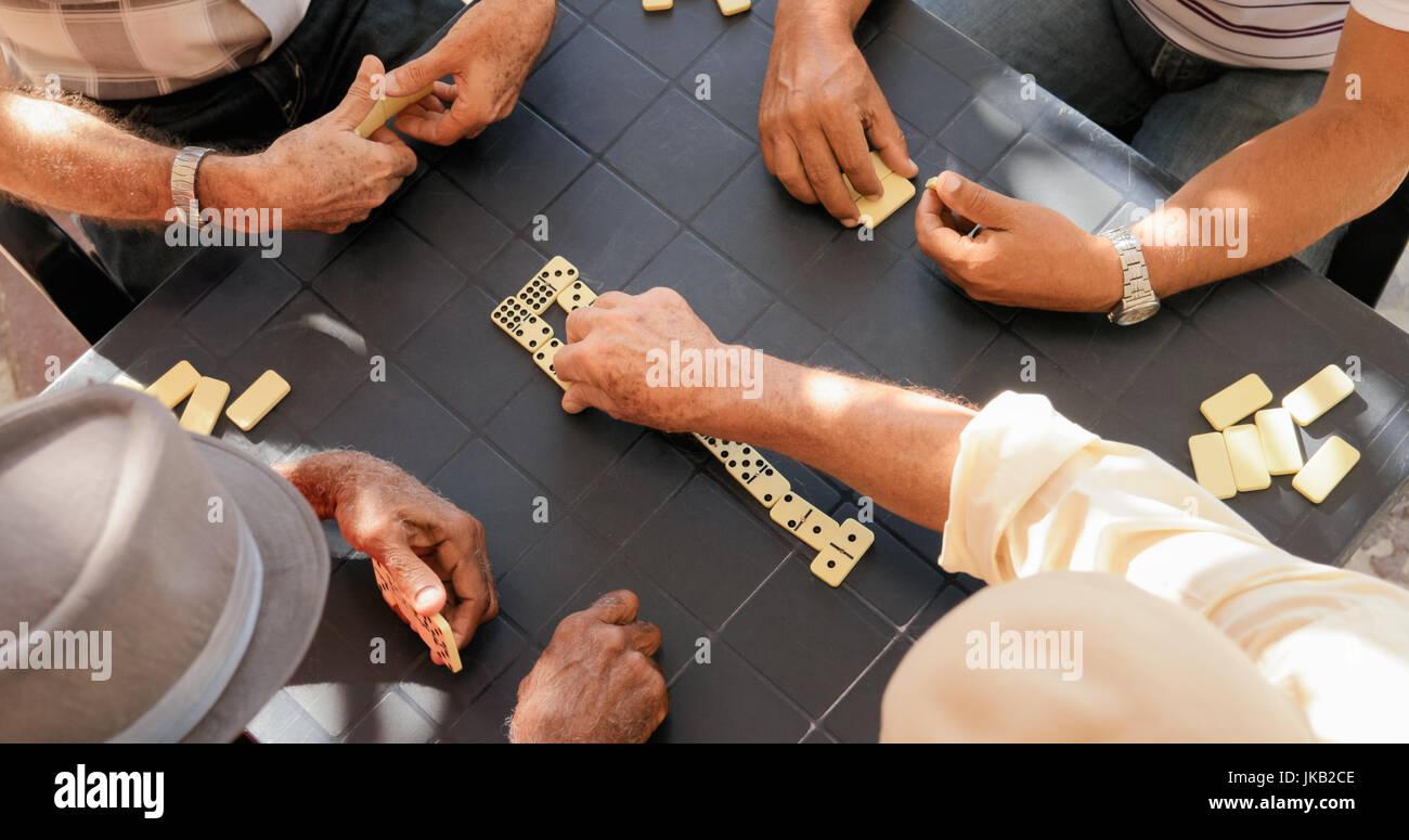 I pensionati anziani e tempo libero. Vecchio latino uomini del divertimento e del gioco di domino a Cuba. Angolo Immagini Stock