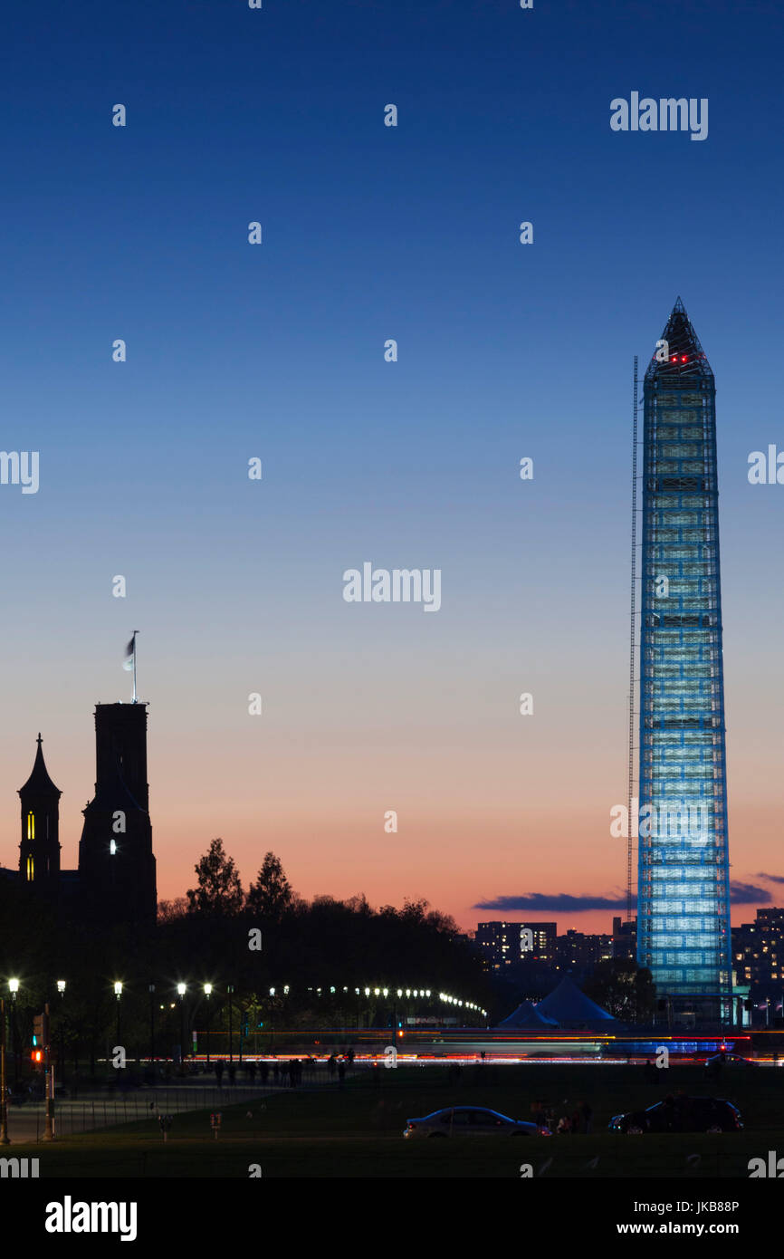 Stati Uniti d'America, Washington DC, National Mall, Castello di Smithsonian e il Monumento a Washington, crepuscolo Immagini Stock