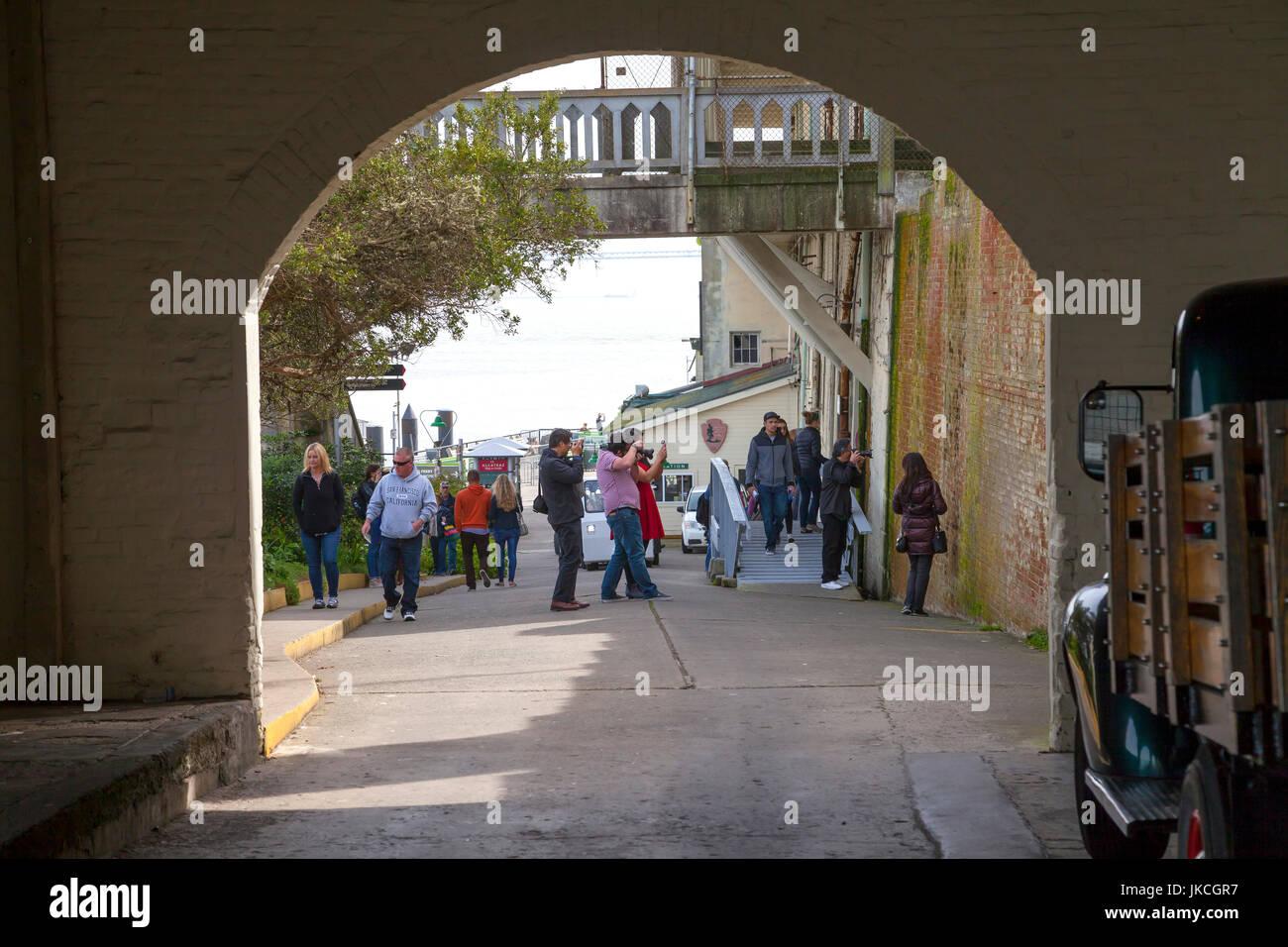 Per i turisti che visitano il penitenziario di Alcatraz, San Francisco, California, Stati Uniti d'America Foto Stock
