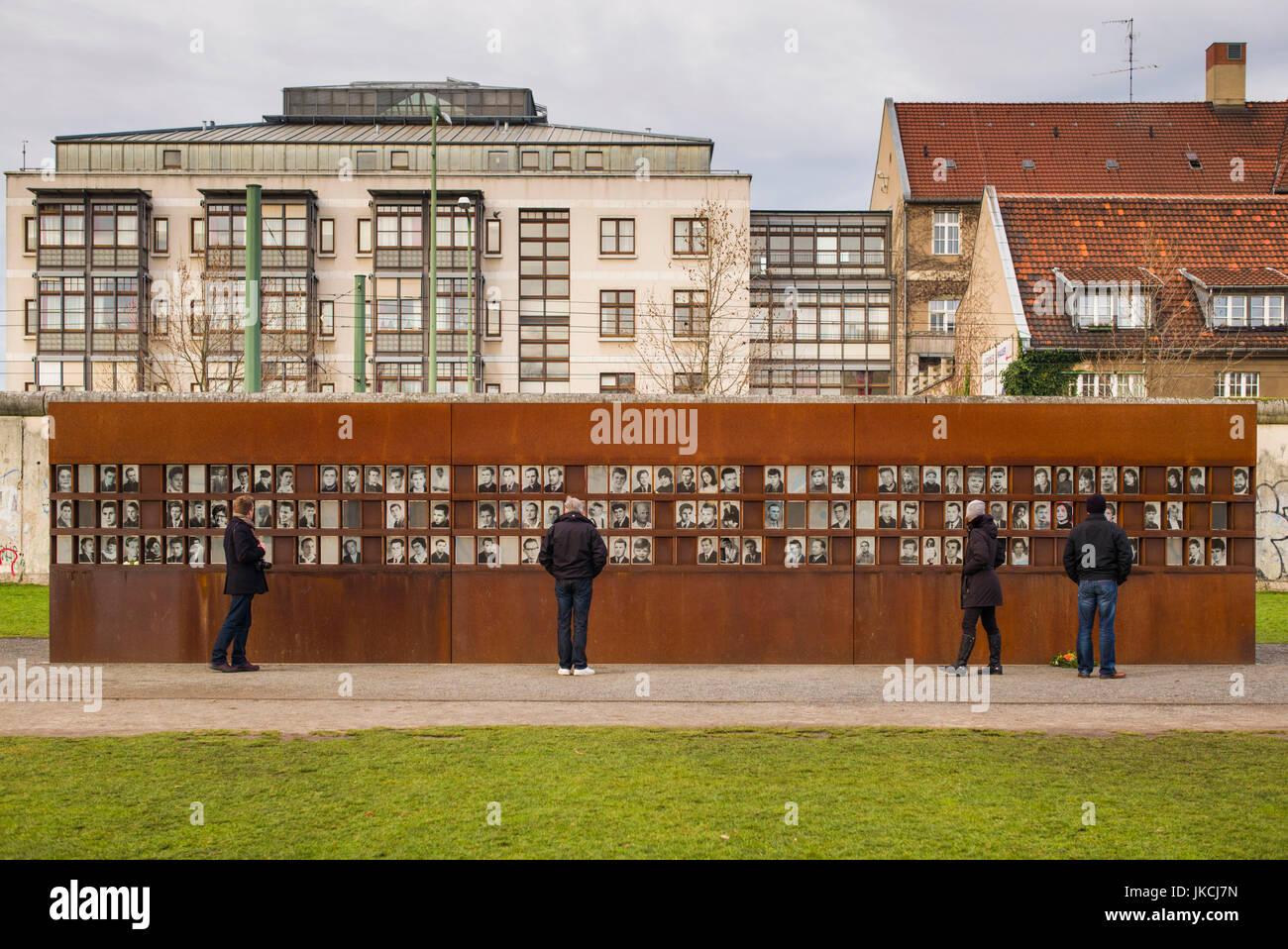 Germania, Berlino Prenzlauer Berg, Memoriale del Muro di Berlino le foto delle persone uccise da guardie di confine Foto Stock