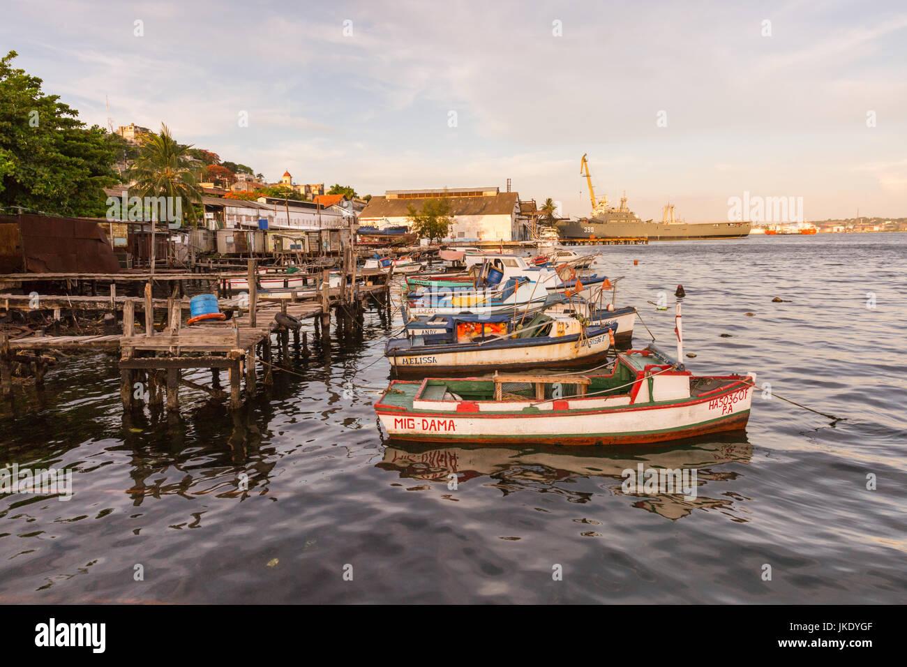 Barche da pesca e la marina militare cubana nave militare in Casa Blanca, Havana, Cuba Immagini Stock