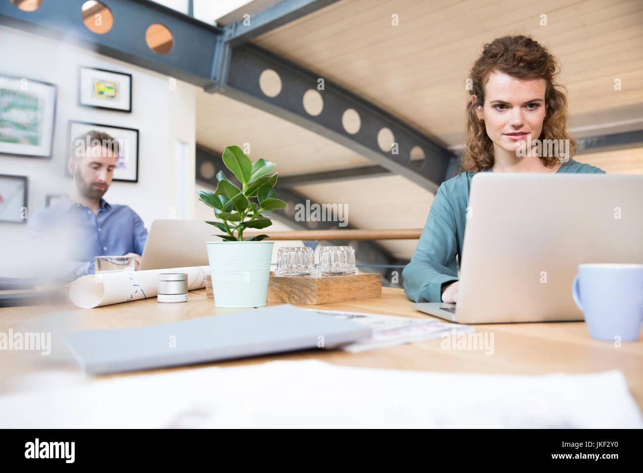 I colleghi che lavorano in ufficio moderno Foto Stock