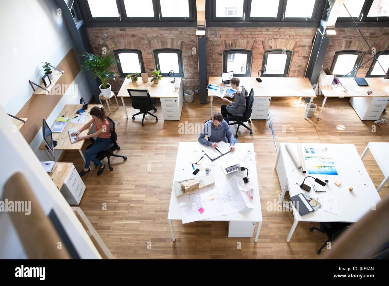 I colleghi che lavorano in ufficio moderno Immagini Stock