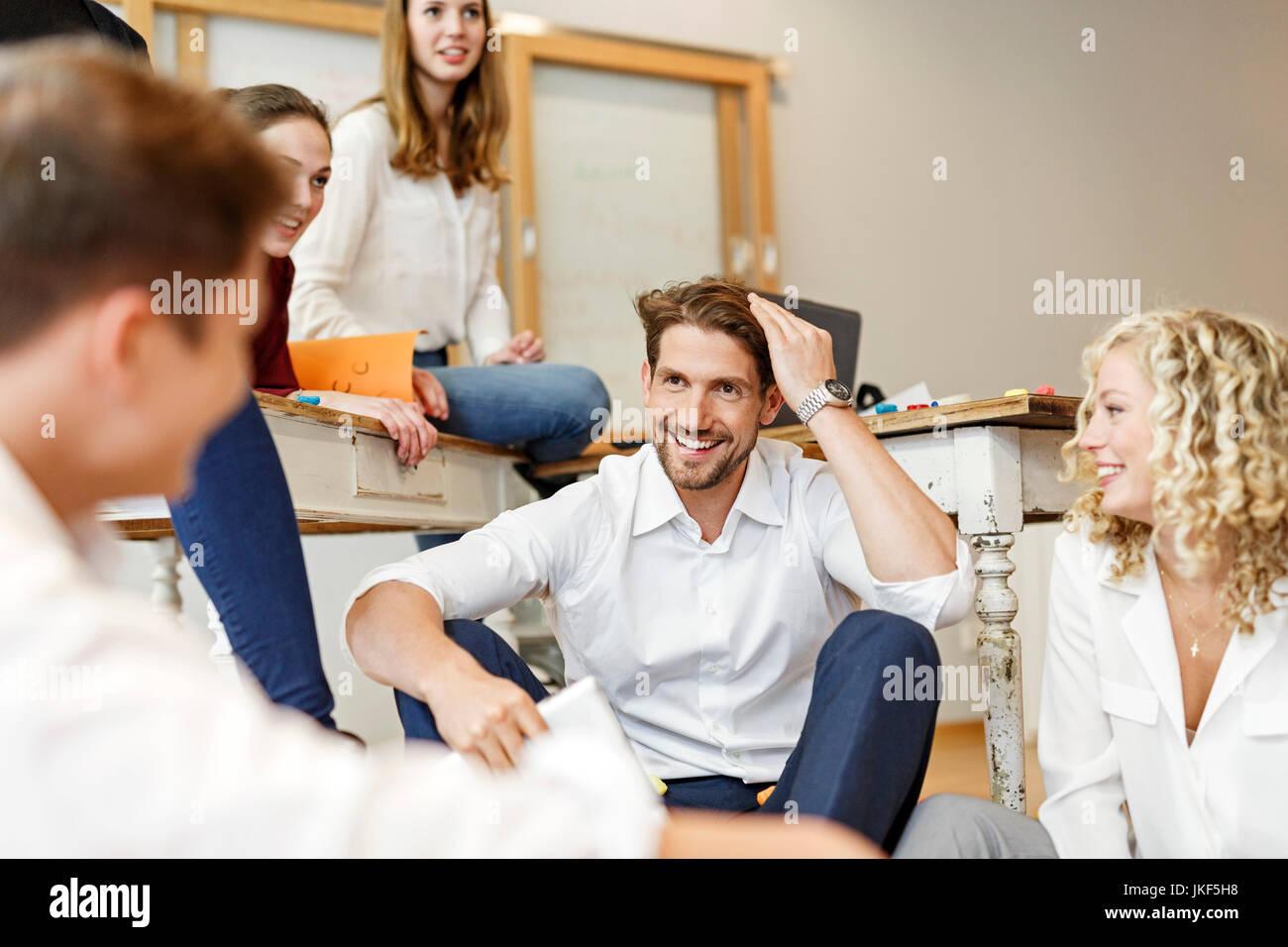Felice professionisti creativi riunione in ufficio Foto Stock