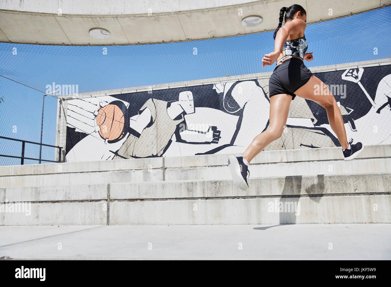 Montare donna in corsa all'aperto Immagini Stock