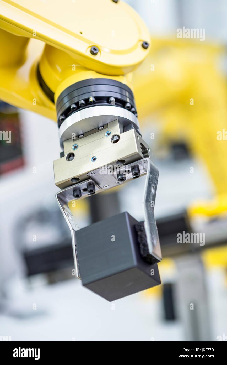 Dettaglio del robot industriale che trasportano il cubo Immagini Stock