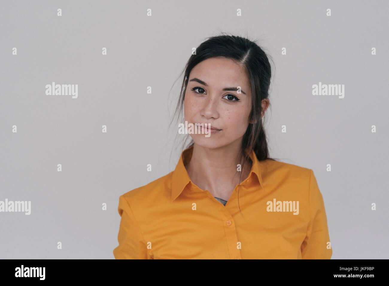 Ritratto di una giovane donna che guarda scettico Immagini Stock